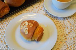 Bułeczki nadziewane masą marcepanową z serkiem