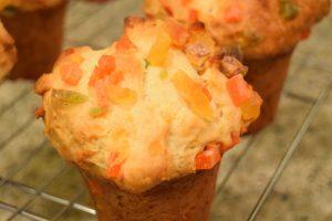 Muffinki drożdżowe z suszonymi owocami