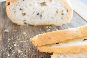 Chleb z oliwkami, parmezanem i rozmarynem